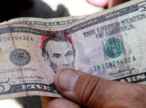 Recuerdan bancos de RD no aceptan billetes rayados