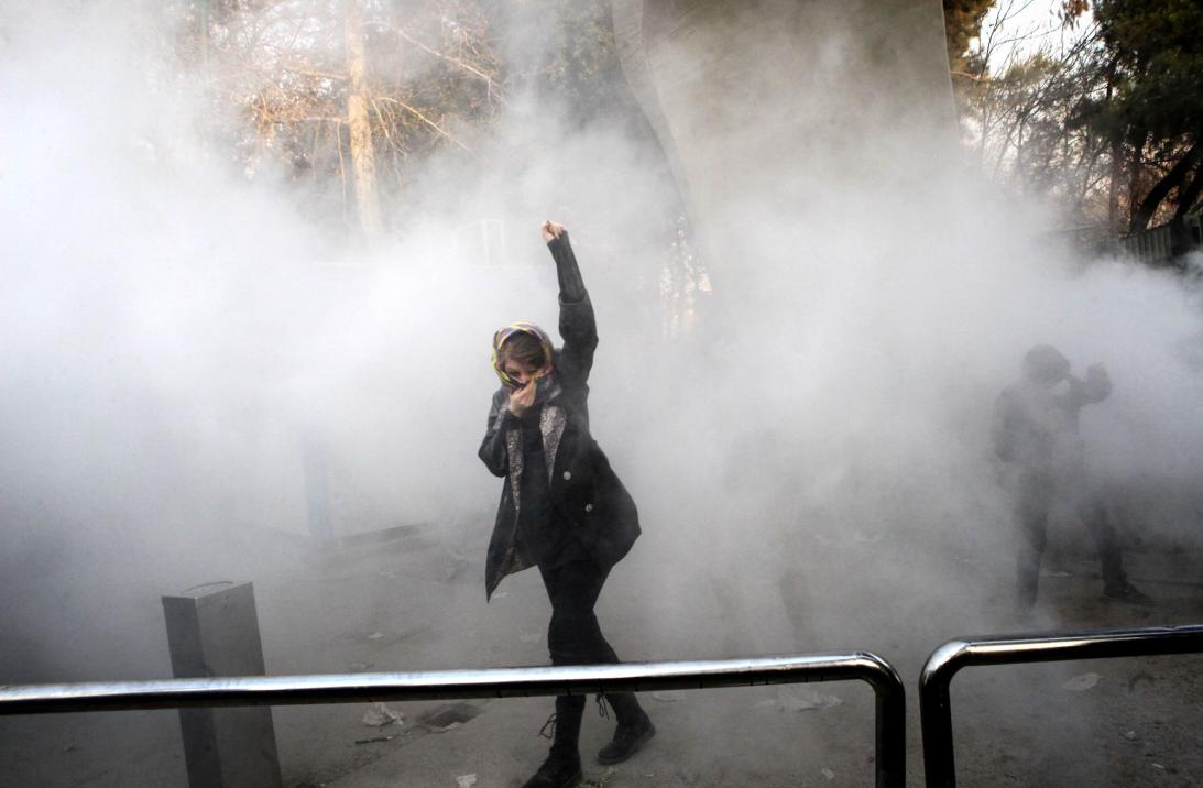 Miles de personas protestan en Irán contra el gobierno de Hasán Rouhani