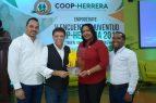 Jóvenes de Herrera reconocen a Domingo Bautista