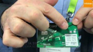 Una novedosa tarjeta de crédito funciona con pantalla y batería