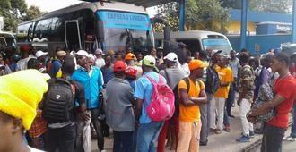 Cientos haitianos varados frontera; choferes se niegan a transportarlos