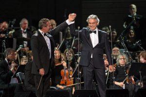 Bocelli presenta concierto a casa llena y destaca actuación de talento nativo
