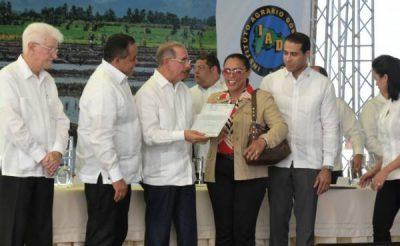 Presidente Danilo Medina entrega 1281 títulos definitivos a familias de Baní