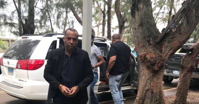Apresan en el AILA exfuncionario Alcaldía Santiago acusado desfalco