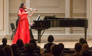 Aisha Syed hace vibrar violín en el Carnegie Hall de NY
