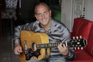 "Cantante Maurizio Pepe presenta clip ""Quieres Bailar"""