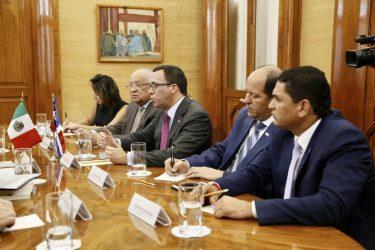 Ministro de Educación se reúne con su homólogo de México
