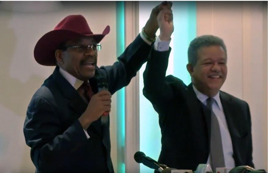 Leonel Fernández y Luis Abinader comparten en avión que venía desde NY