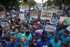 Maestros dominicanos se manifiestan en reclamo de mejoras laborales