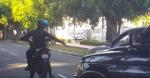 Buscan uniformado figura en vídeo disparando a neumático de un carro