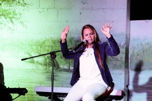 Anlly Piantino ve comercio música cristiana limita mensaje de Dios