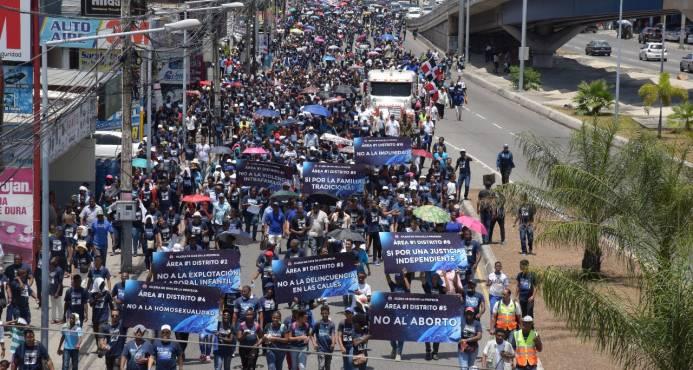 Evangélicos R. Dom. marchan contra  corrupción, feminicidios y el aborto