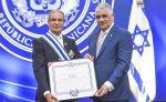 Miguel Vargas condecora a embajador saliente de Israel