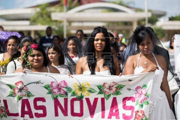 Centenar dominicanas vestidas novia marchan contra violencia género