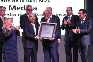 ADOZONA reconoce presidente Danilo Medina durante su 30 aniversario