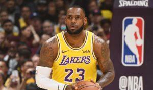 LeBron James conduce victoria de los Lakers con triple-doble