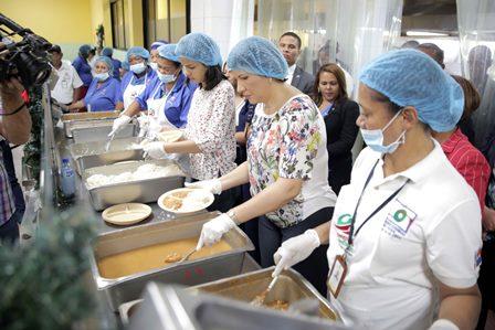 Vicepresidenta sorprende en Comedores Económicos donde sirvió el almuerzo