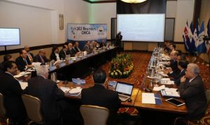 Valdez Albizu expone retos de los bancos centrales de Centromérica
