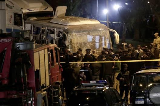 Bomba alcanza autobús turístico en Egipto: hay al menos dos muertos