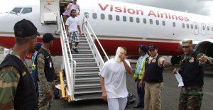 Llegan al AILA 64 ex reos dominicanos deportados desde los Estados Unidos