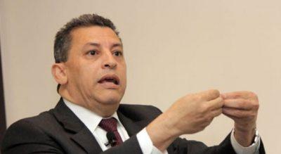 Exdirector de Aduanas insinúa lo quieren asesinar y acusa al Gobierno