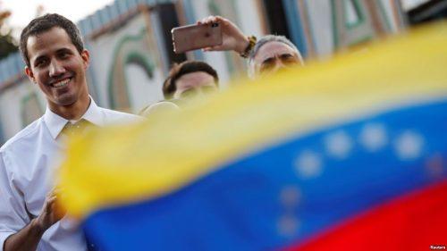 """Guaidó jura como presidente interino: """"¡Venezuela, despierta, reacciona!"""