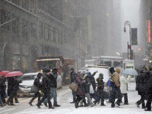 Turbonada de nieve y potentes ráfagas de viento impactan Nueva York y NJ
