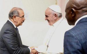 ITALIA: El Papa Francisco y Danilo  Medina se dan un apretón de manos