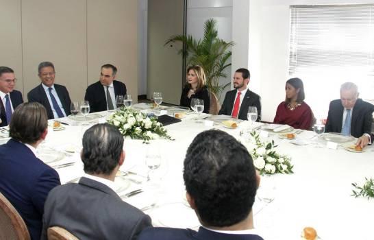 Fernández conversa con empresarios e industriales sobre reformas pendientes