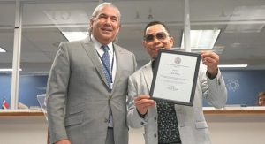 Cónsul Carlos Castillo reconoce aportes del bachatero Joe Veras