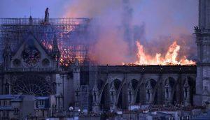 Presidente dominicano lamenta incendio en la catedral Notre Dame de París