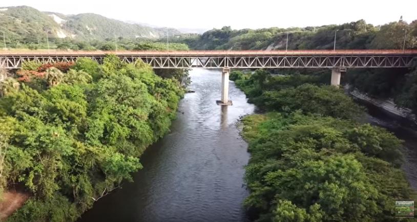 SANTIAGO: Apresan mujer que mató a su hijo lanzándolo al río desde un puente