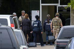 EEUU: ICE detiene 280 personas en redada a empresa de celulares