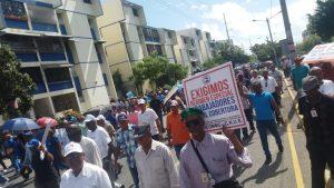 Trabajadores marchan en rechazo cierre IDSS y anteproyecto eliminaría cesantía