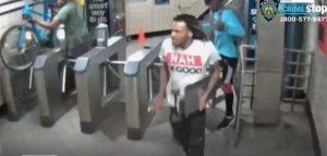 Policía busca grupo de jóvenes golpeó y robó a ciclista en el Parque Central