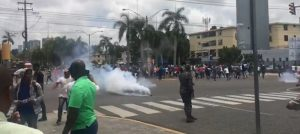 Con bombas lacrimógenas dispersan manifestación obreros Punta Catalina