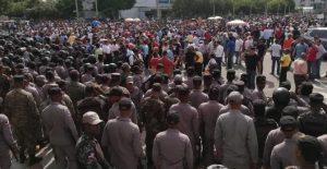 Pese a gran militarización, hubo protesta masiva cerca sede del Congreso Nacional
