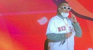 Bad Bunny rinde tributo a David Ortiz durante concierto en Santo Domingo