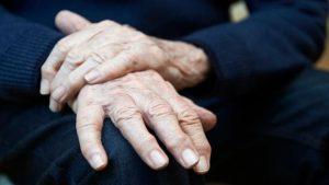 Parkinson: 4 síntomas que indican tienes más probabilidades padecerlo