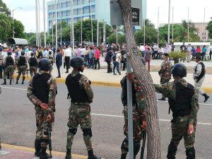 Una multitud fue al Congreso Nacional dominicano; muchos encendieron velas