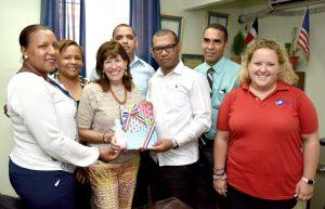 Embajadora de EEUU auspicia programas asistencia educativa