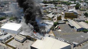 Los bomberos sofocan un incendio en instalaciones JCE en Santo Domingo