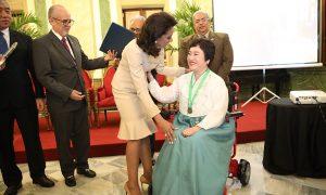 Primera dama entrega premio Pediatra del Año a Yun Zyong Kim