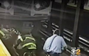 Pasajero sobrevive de milagro: le pasó el Metro de NY por encima