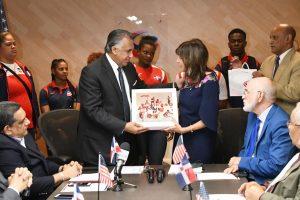 Embajadora EEUU presenta al COD programa desarrollo deportivo