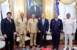 Medina se reúne con mandos militares; tratan planes fortalecimiento fronterizo