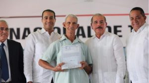 Presidente Medina entrega 1,591 títulos de propiedad en Valverde y Montecristi