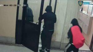 Persiguen falsos policías irrumpieron en apartamento para robar