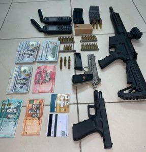 DNCD arresta dos hombres con armas de alto calibre y US$22,800