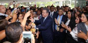 Leonel Fernández promete restituir dignidad a política dominicana